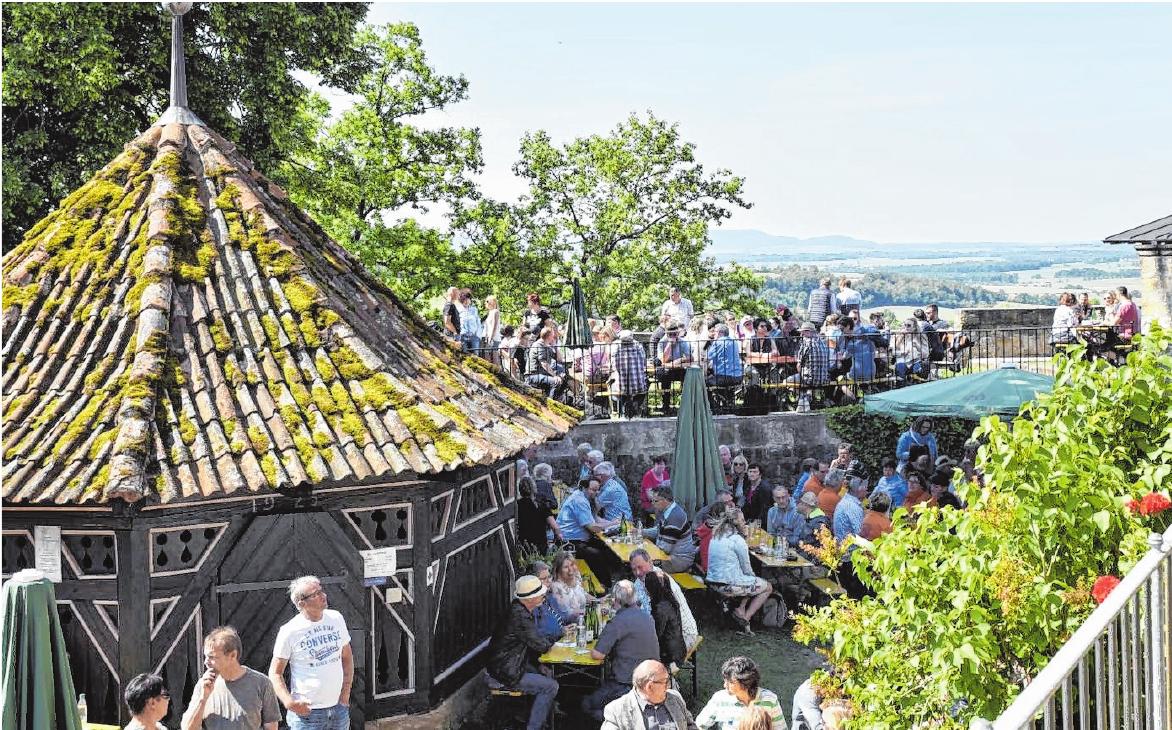 Der Frühschoppen an Pfingstmontagvormittag auf dem Schloßberg wird in jedem Jahr wieder zu einem Treffpunkt für Freunde und Bekannte nicht nur aus der Region, sondern aus allen Ecken und Enden der Erde.