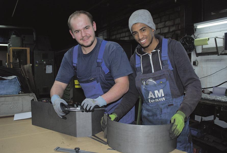 Pascal Hohn (links) und Teklu Teame haben eine Spannfutterabdeckung für eine Drehmaschine gebaut Fotos: Jordan