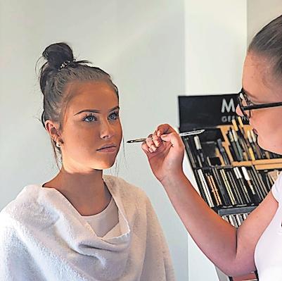 Für ein ansprechendes Aussehen: Visagistin Hanna Knieps (rechts) und Modell Caroline Kaduk.FOTO: BEAUTY ACADEMY/FREI