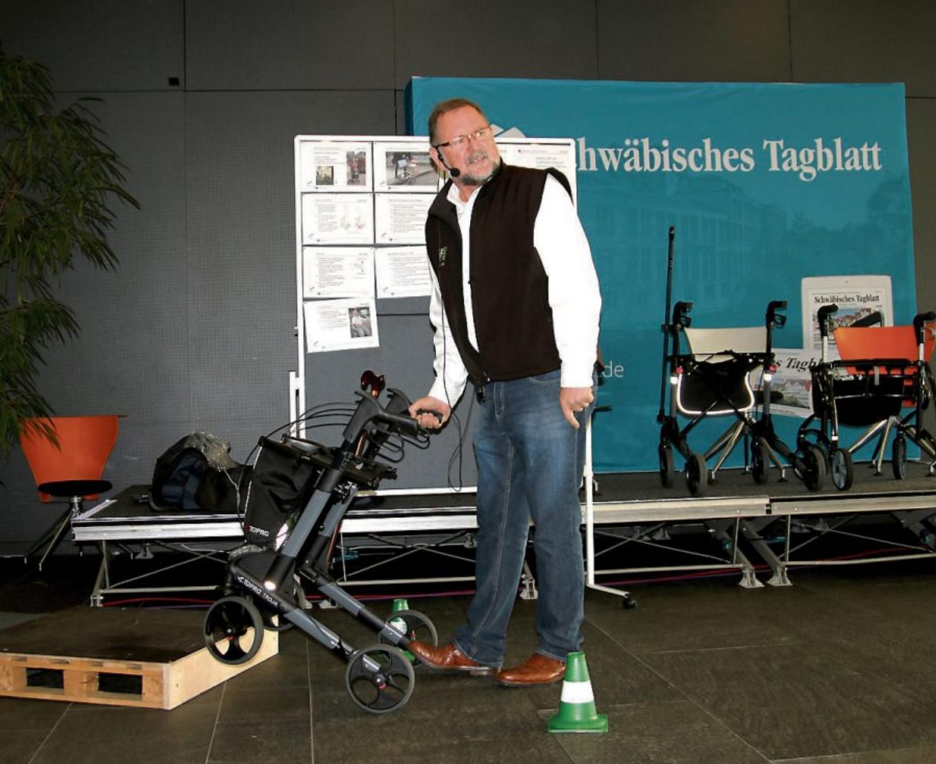 """Unter dem Motto """"Sicher fit unterwegs im Rollatorparcours"""" lädt Erich Klett von der Tübinger Kreisverkehrswacht die Besucher der sen'FIT von 11.30 bis 12 Uhr zu einem Kurs mit praktischen Übungen ein. Bild: Stefan Zibulla"""