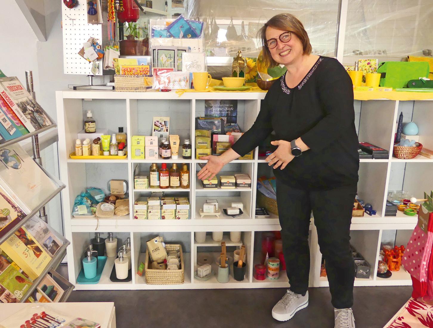 Christa Bausch zeigt kunstvoll handgefertigte und fair gehandelte Taschen, die echte Unikate und trotzdem nicht teuer sind. Fotos: Gesa Walkhoff