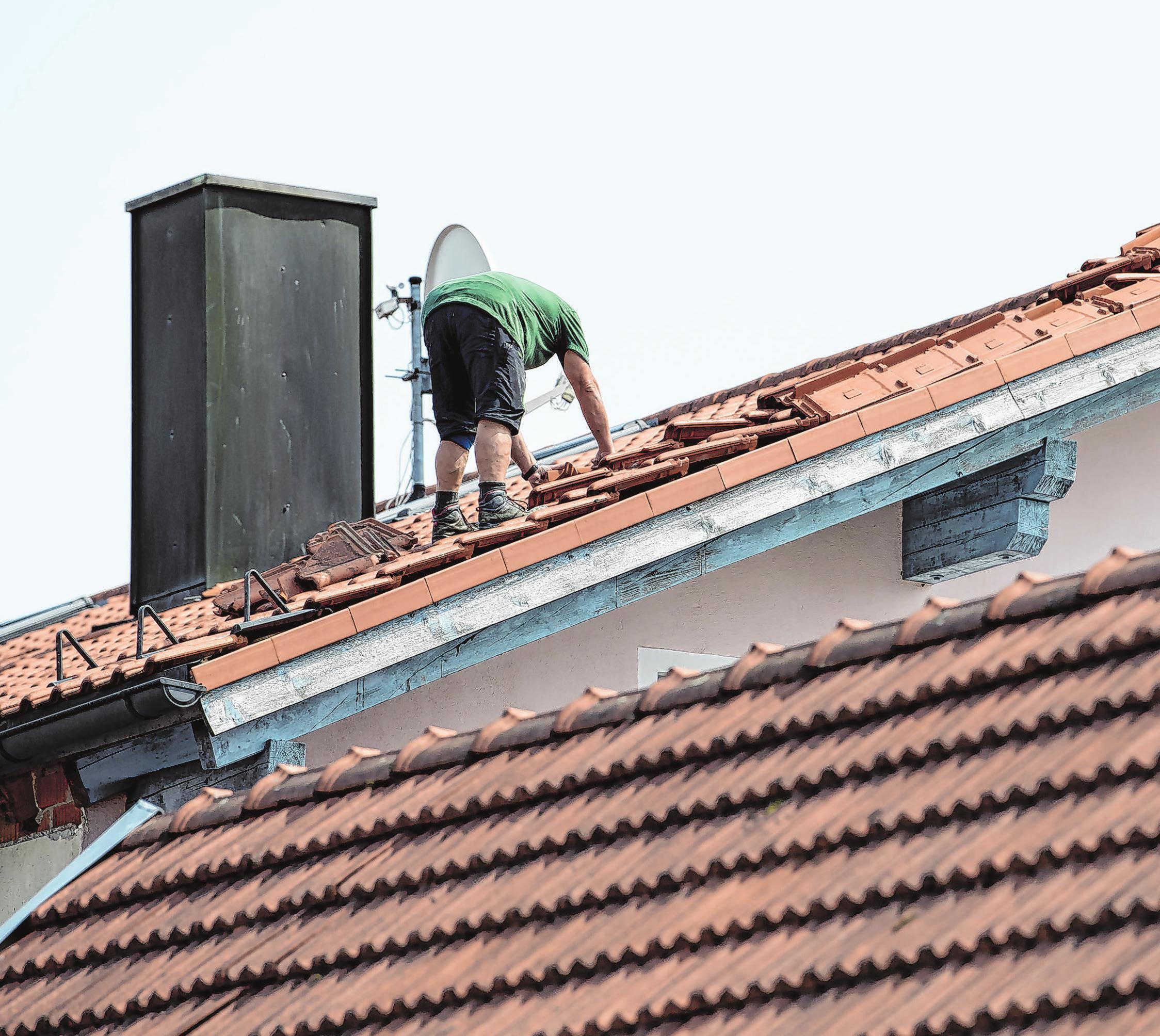 Hausbesitzer sollten das Dach prüfen - denn Stürme oder Gewitter können größere Schäden verursachen. Foto: Sven Hoppe/dpa/dpa-mag