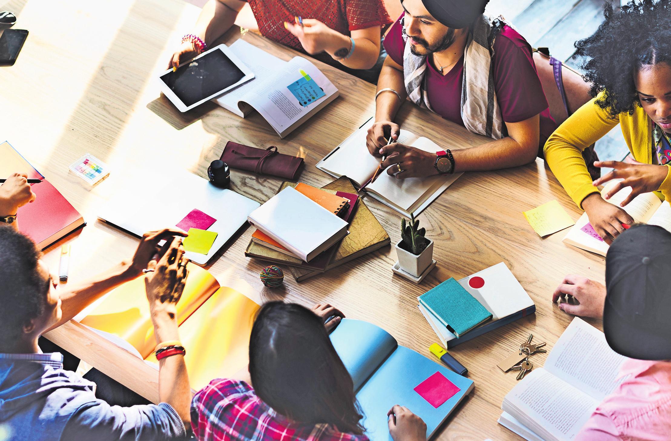 Wer dual studiert, hat keine Semesterferien, sondern nur Urlaub wie ein Arbeitnehmer. Dafür gibt es ein Gehalt.Foto: Rawpixel.com/Adobe Stock