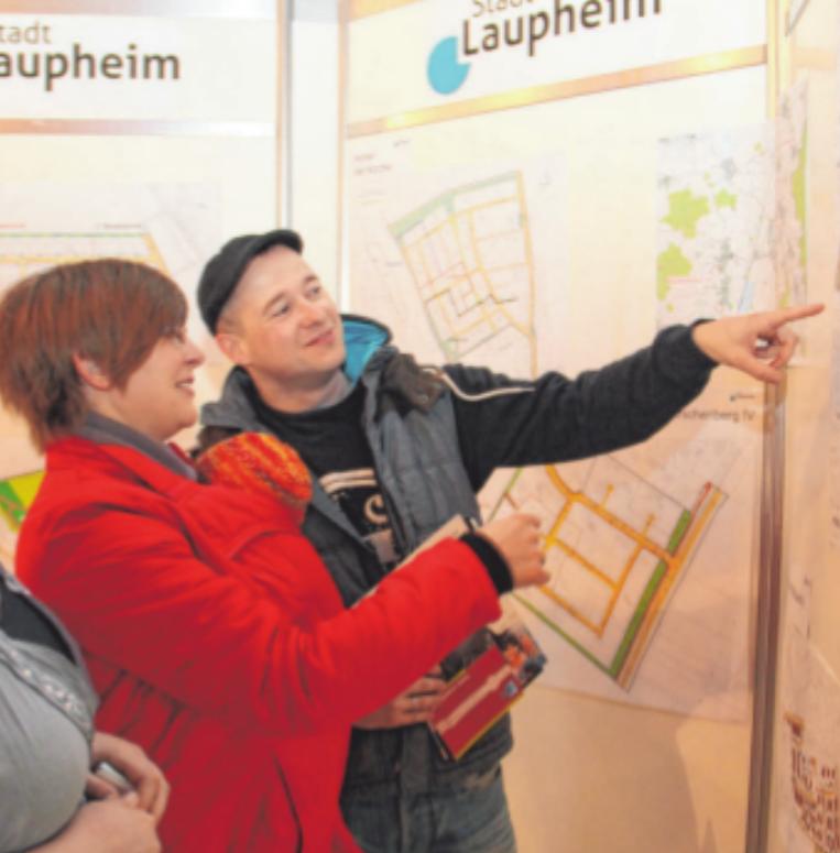 Am Stand der Stadt Laupheim kann man sich auch über geplante Neubaugebiete informieren. FOTO: ROLAND RAY