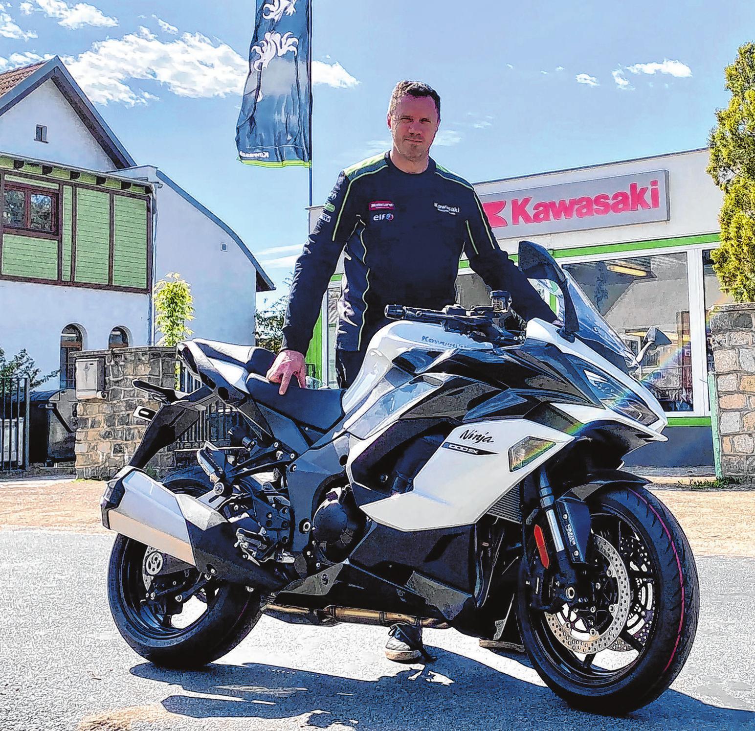 Toralf Krause vom gleichnamigen Motorradservice zeigt in der Fürstenwalder Kawasaki Filiale die neue NINJA 1000SX in der Ausführung Pearl Blizzard White. Die Ninja wird auch als Tourer angeboten. Traktionskontrolle und Cruise Control inklusive.