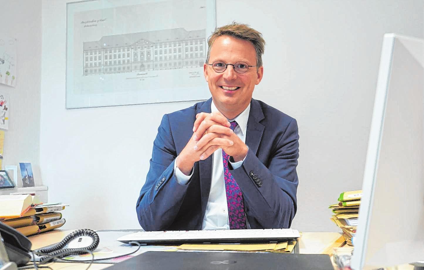 Amtsgerichtsdirektor Felix Kunkel an seinem Schreibtisch in Bensheim. Bild: Thomas Zelinger