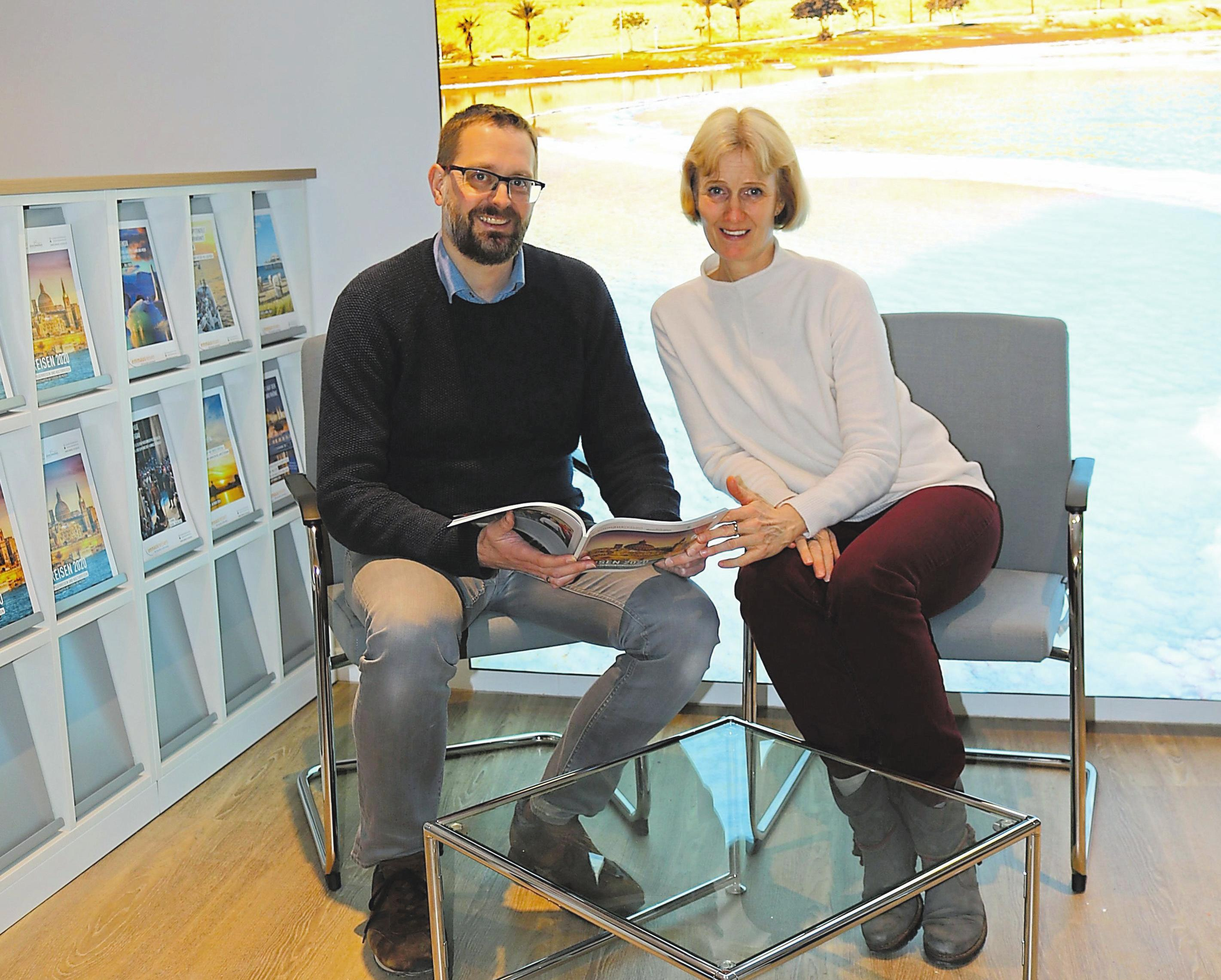 Abteilungsleiter Sven Schoppmann und Mitarbeiterin Heike Dilling blättern in der neuen Beratungsecke im Katalog. Foto: acf