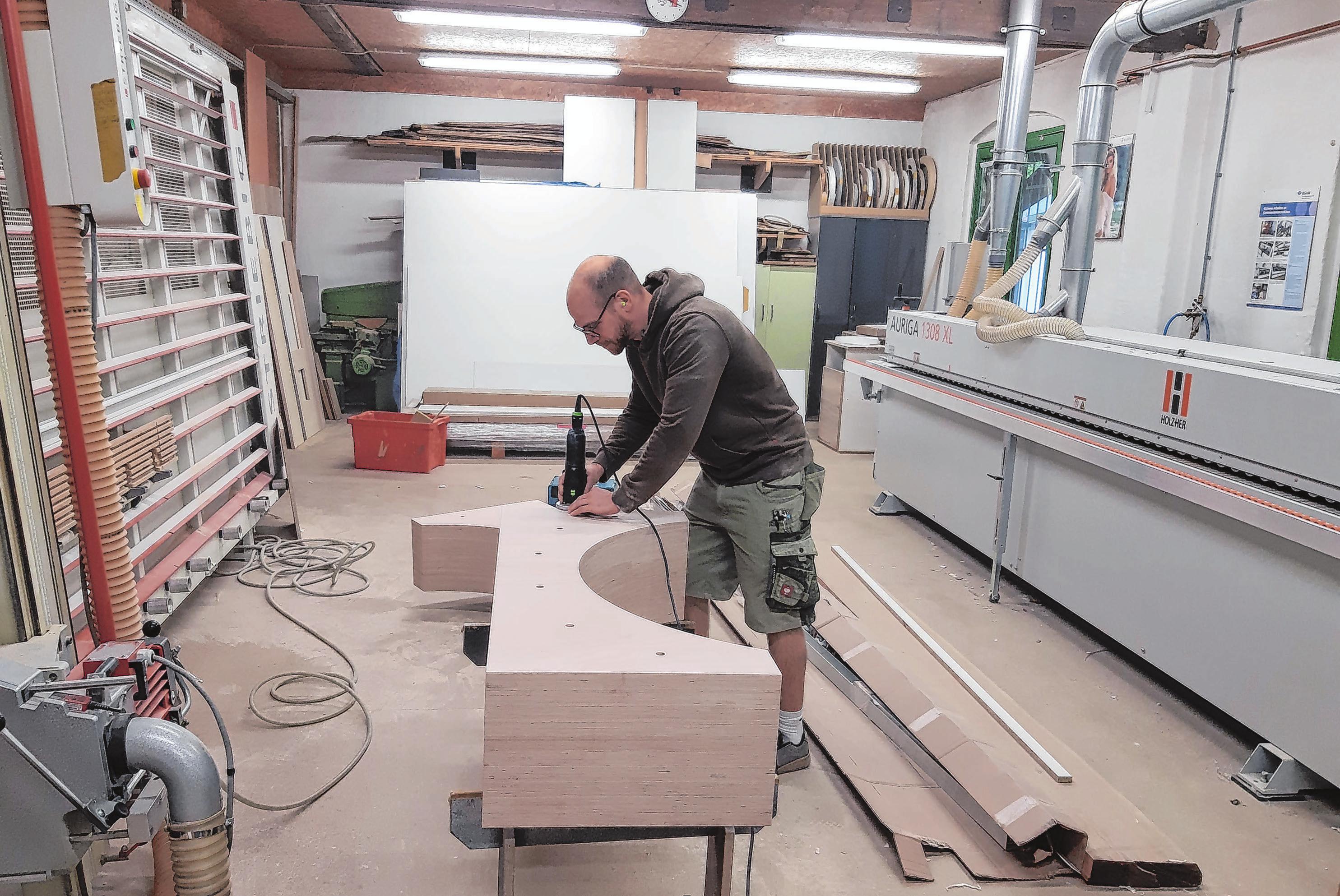 In der modernen Werkstatt: Peter Maron, früher selbst einmal Lehrling in der Bad Saarower Tischlerei, arbeitet dort inzwischen seit einigen Jahren.