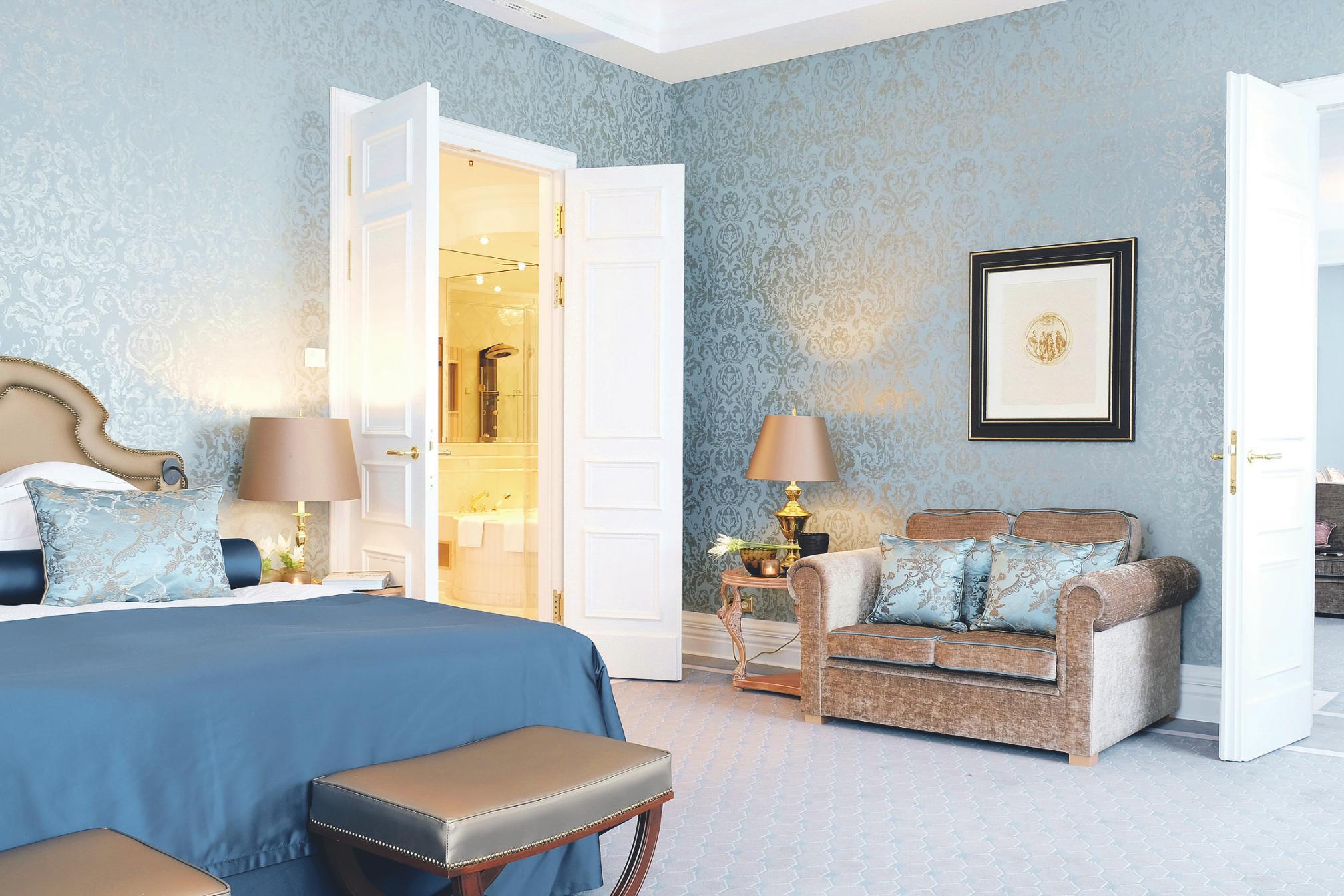 Im gemütlichen Schlafzimmer lässt sich der Tag in der Präsidentensuite in aller Ruhe ausklingen. Bild: Althoff Grandhotel Schloss Bensberg