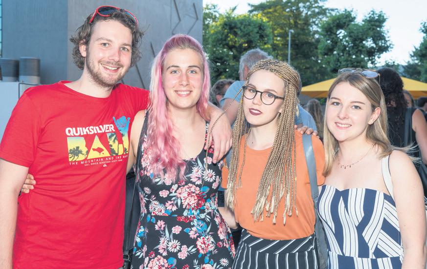 In Festlaune: Absolvent und Absolventinnen der Berufsschule Aarau.