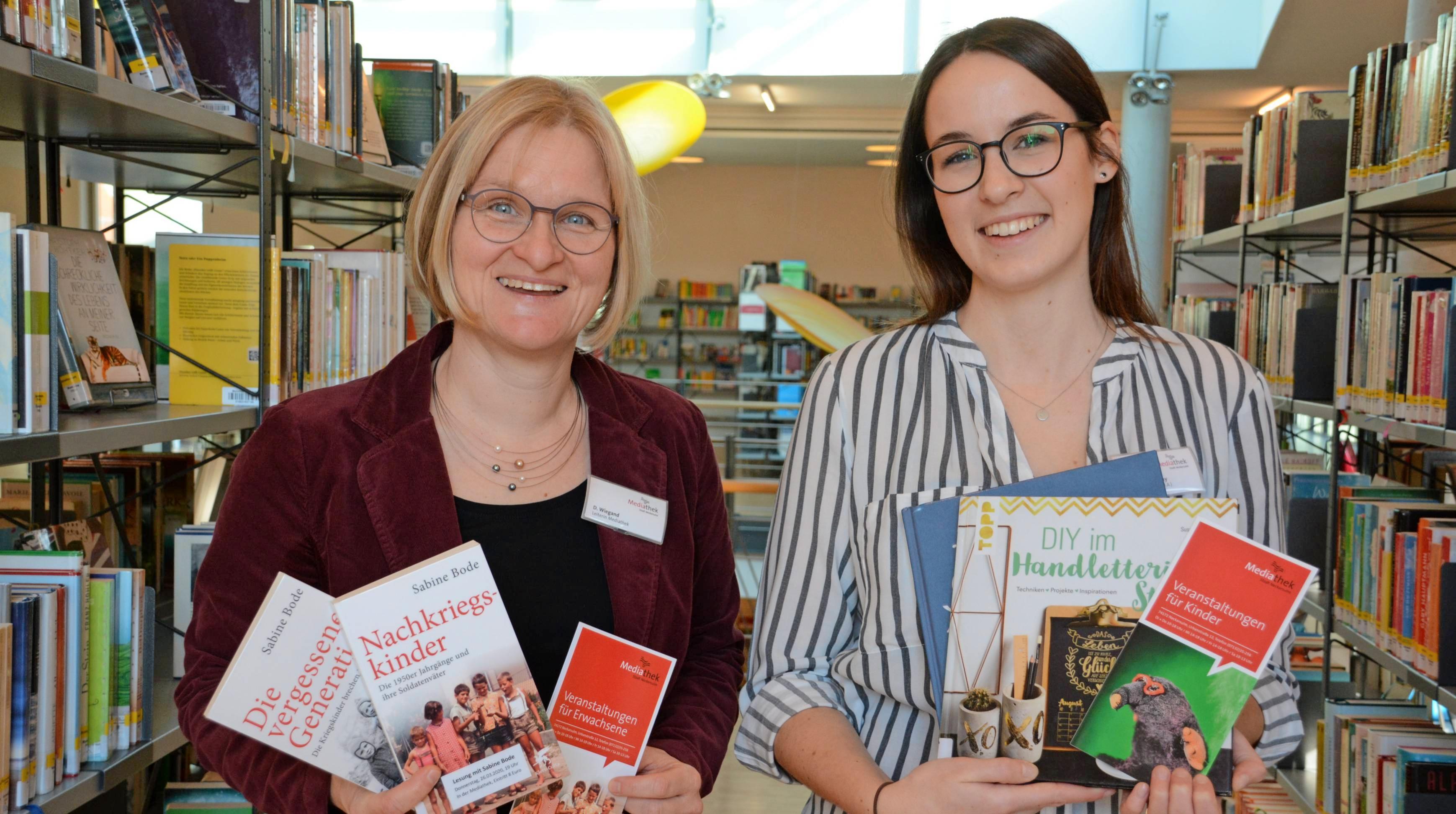 Die Leiterin der Mediathek, Dorothee Wiegand (links), und Bibliothekarin Alexandra May laden im ersten Halbjahr zu einem interessanten Veranstaltungsprogramm ein. Foto: Mediathek