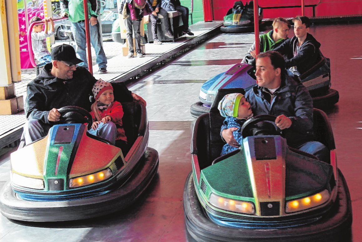Die Kinder haben ihren Spaß im Autoscooter. FOTO: SCHUBART