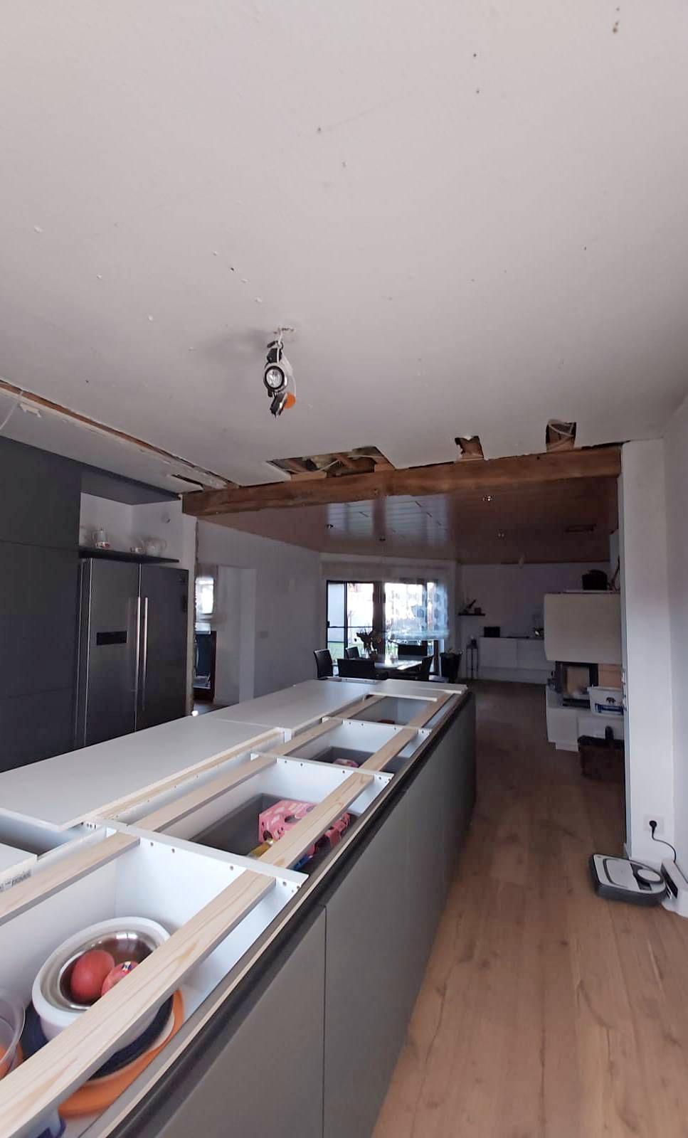 Vorher: Dunkel und wenig einladend wirkt der enge Schlauch von der Küche zum Wohnbereich.