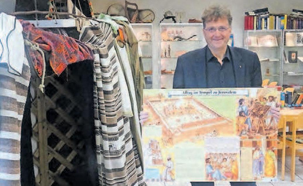 Didaktisch gewieft: Museumsleiter Michael Landgraf am Erzählzelt.