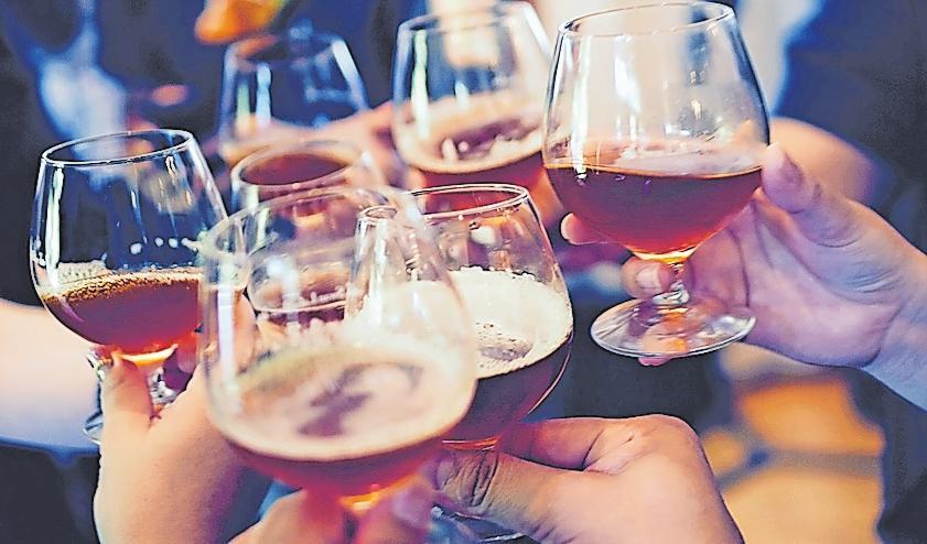 Auch Alkohol übersäuert den Magen.FOTO: FREE-PHOTOS/PIXABAY