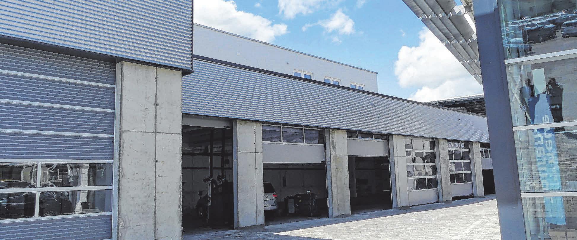 Die neuen Werkstatthallen des Autohauses Ehingen sind mit modernster Technik, wie etwa einer Schwerlast-Hebebühne, ausgestattet. FOTOS: BURGHART