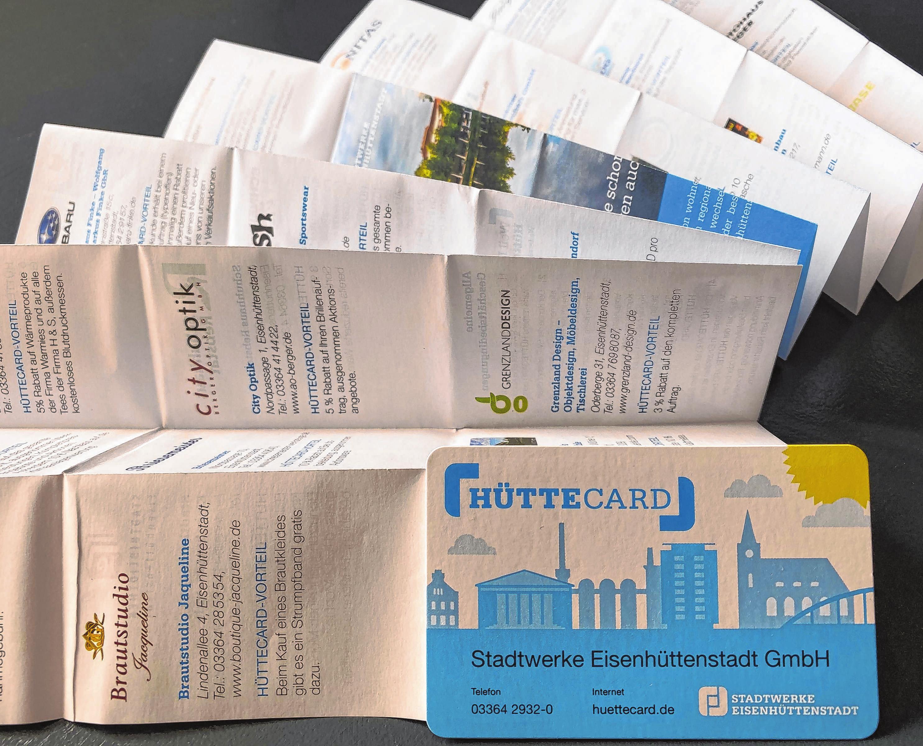 Kleine Broschüre, viel Inhalt: Im Hosentaschenformat bietet das Faltblatt einen Überblick über die HÜTTECARD-Leistungspartner und deren Angebote. Fotos: Anne Bennewitz