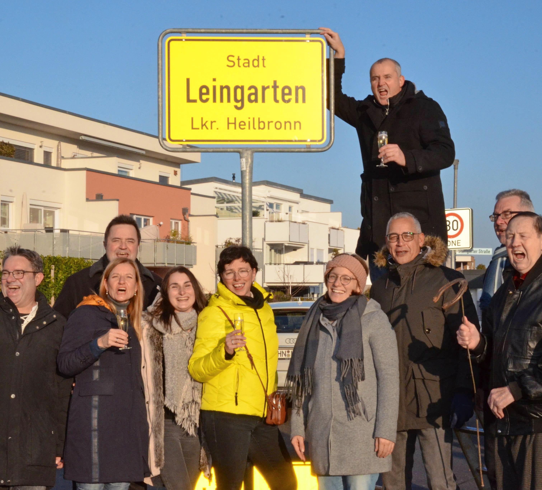 Freude bei Gemeinderäten und Bürgermeister Ralf Steinbrenner (oben) am Neujahrsmorgen 2020: Rechts stehen die Zeitzeugen Erich Landesvatter mit dem Hufeisen von damals und verdeckt Klaus Werner.