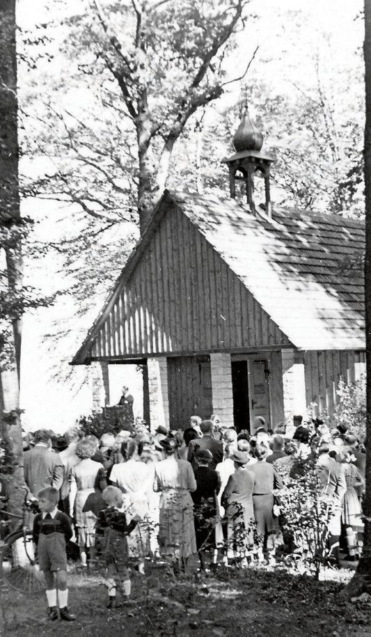 1950 wurde die heutige Waldkapelle unter großer Anteilnahme der Tübinger Vereine und der Bevölkerung eingeweiht. Mit dem Neubau der großen Trauerhalle geriet sie für rund 40 Jahre in Vergessenheit. Seit 2007 ist sie wieder für Trauerfeiern hergerichtet und wird gerne genutzt. Für viele Tübinger ist der Bergfriedhof nicht nur ein Ort der Toten, sondern auch eine Oase der Ruhe und der Besinnung mitten in der Natur. Dafür, dass Flora und Fauna ideale Bedingungen vorfinden, sorgen zahlreiche Beteiligte von den Angehörigen über die Gärtner bis hin zu den Mitarbeiterinnen und Mitarbeitern der Friedhofsverwaltung. Bilder: Friedhofsverwaltung Tübingen