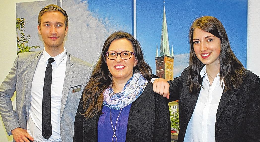 Till Franke und Nadine Lutzke stehen kurz vor ihrer Abschlussprüfung. Nina Schwarz (Mitte), Ansprechpartnerin rund um die Ausbildung, begleitet den Karrierestart in der Sparkasse zu Lübeck.