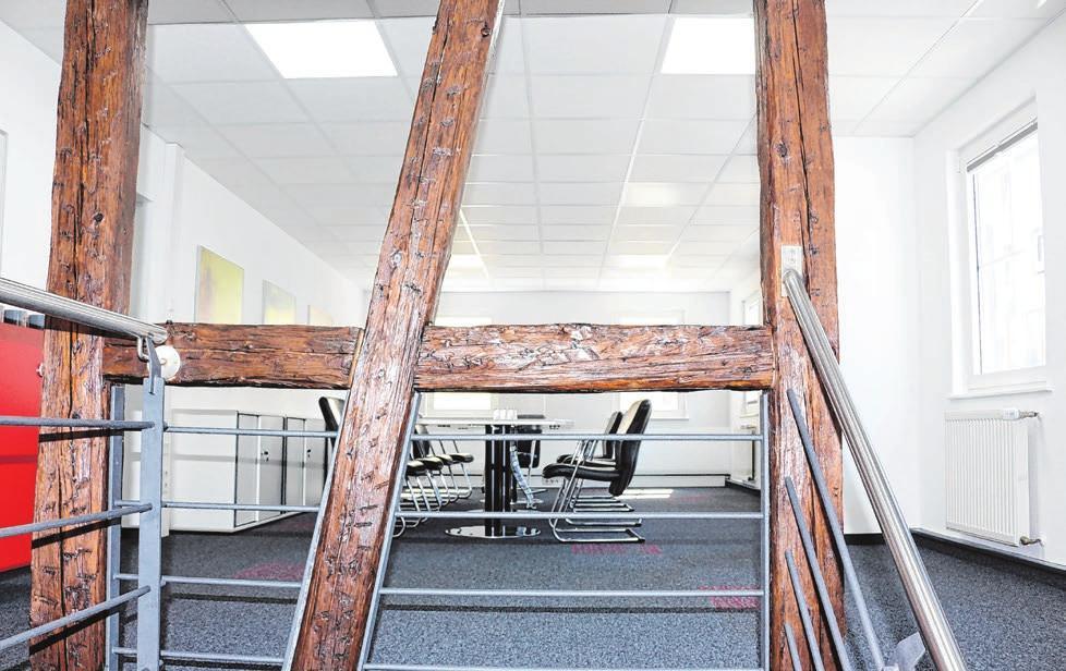 Im Obergeschoss trifft modernes Design auf alten Bestand – so ist im Sitzungssaal das tragende Gebälk zum Teil sichtbar geblieben.