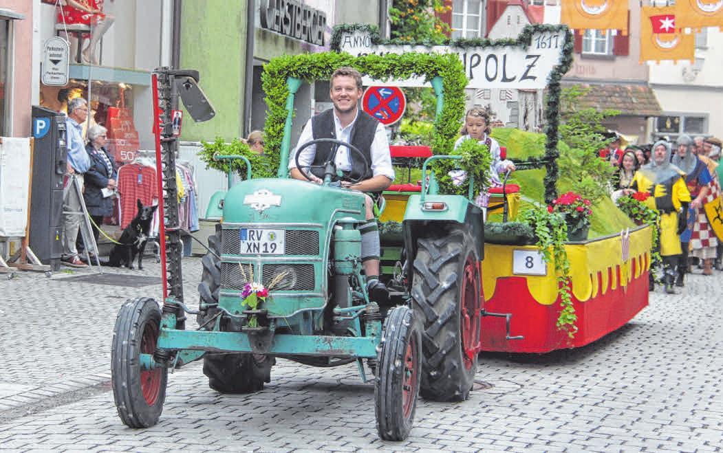 Auch der Festwagen aus Leupolz rollt durch die Innenstadt.