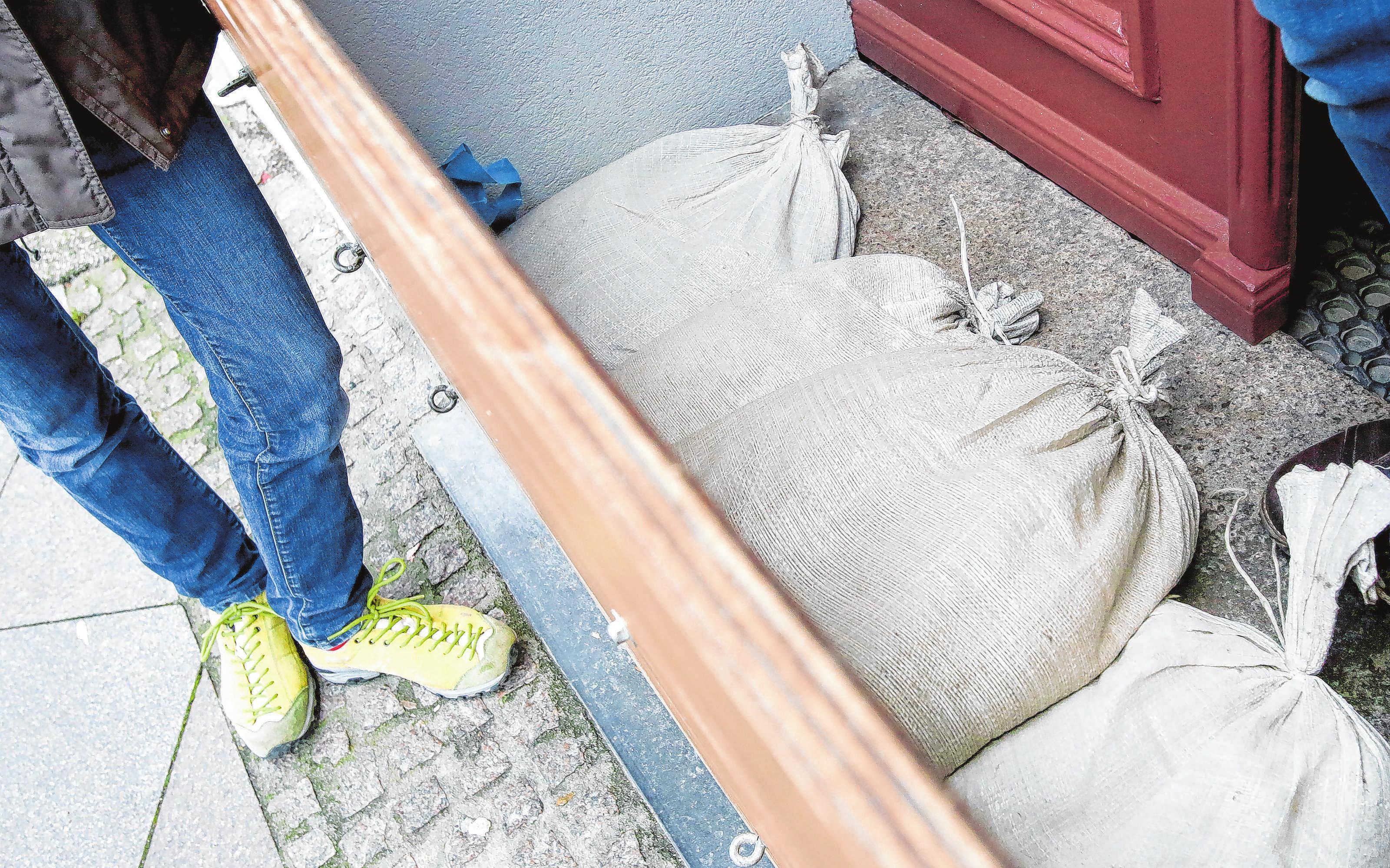 Sandsäcke sind die Hilfe im Notfall. Besser ist es, das Haus im Rahmen eines Umbaus wasserfest zu machen. Foto: Bodo Marks/dpa/dpa-mag