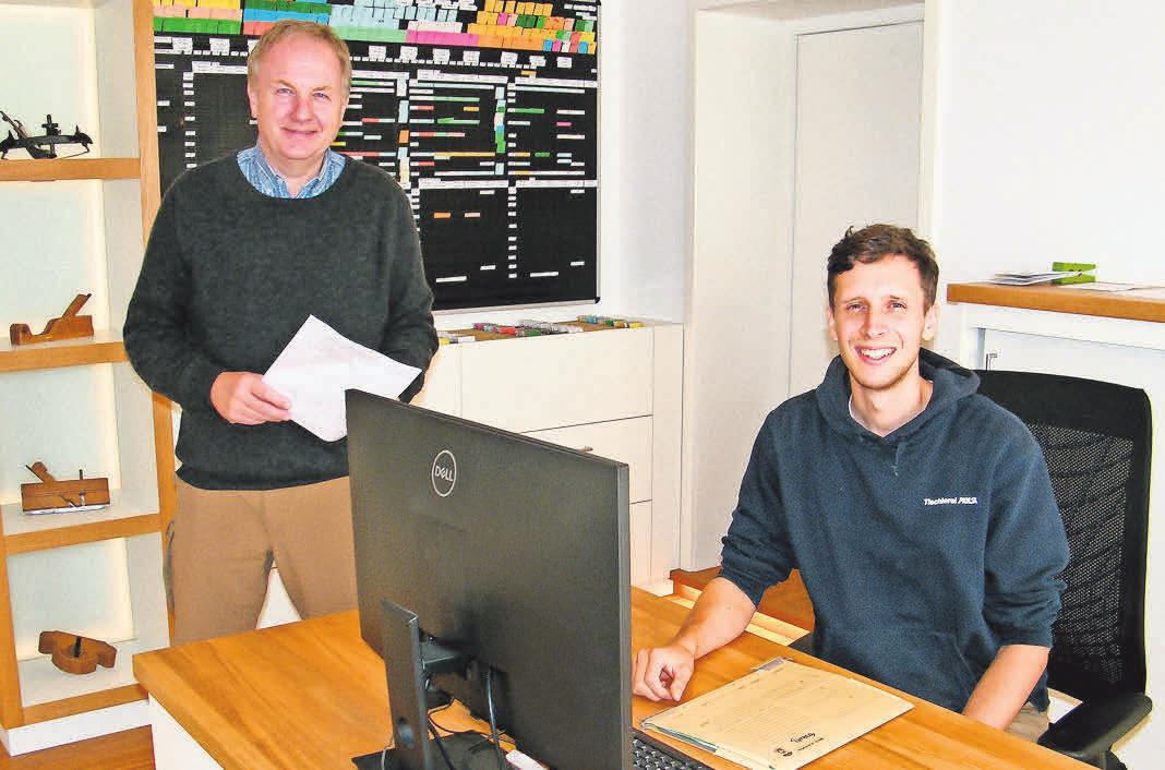 Tischlermeister Patrick Eskildsen (re.) und Inhaber Heiko Holst besprechen einen Kundenauftrag.