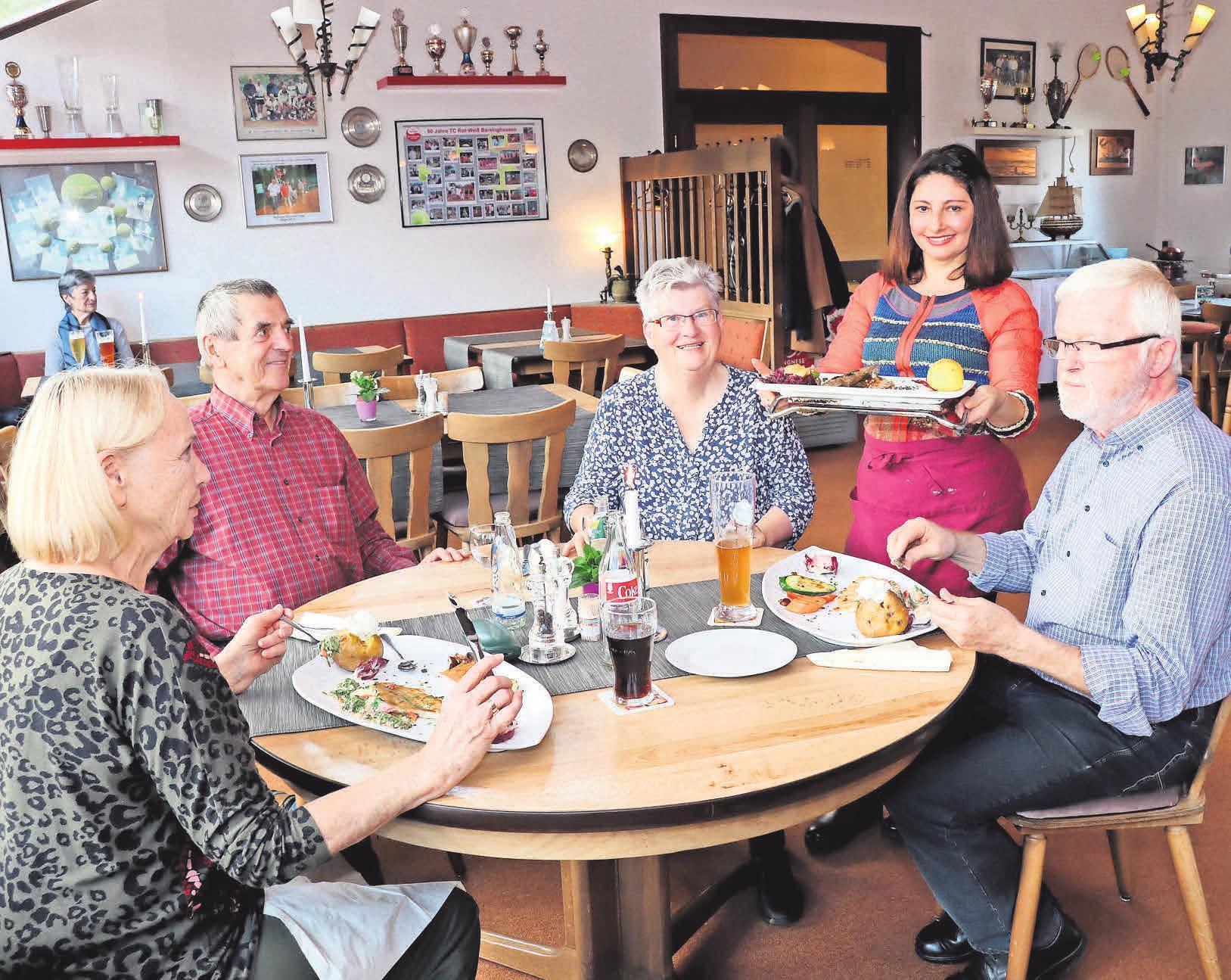Elena serviert im Restaurant am Tennisplatz Spezialitäten wie Fisch und Ente, die von ihrem Mann Toni frisch und mit viel Lust und Liebe zubereitet werden.