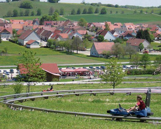 Bobbahn Donnstetten - Anschnallen und los geht's. Der Freizeitspaß für Jung und Alt in Römerstein-Donnstetten auf der schwäbischen Alb.