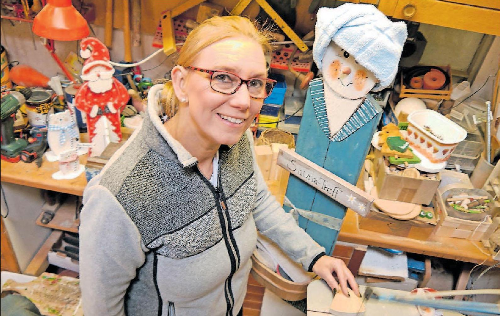 In ihrem Element: Marion Groll in ihrer Figuren-Werkstatt. FOTO: BRÄUNLING