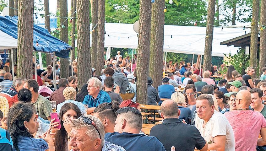 Feiern und futtern unter Bäumen: Das Saaser Waldfest punktet mit seiner einzigartigen Atmosphäre, leckerem Essen und abwechslungsreicher Unterhaltung. Foto: Archiv/Andreas Harbach