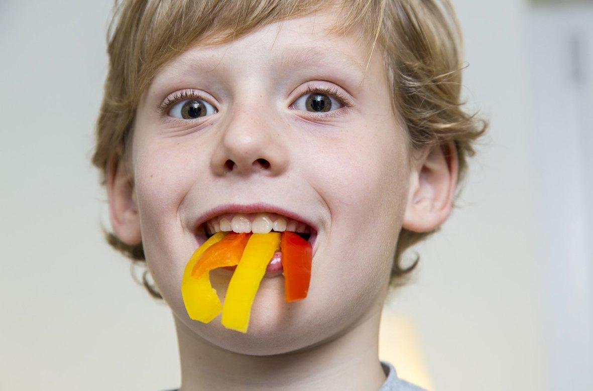 Knackiges Gemüse essen für gesunde Zähne. FOTO: AOK MEDIENDIENST