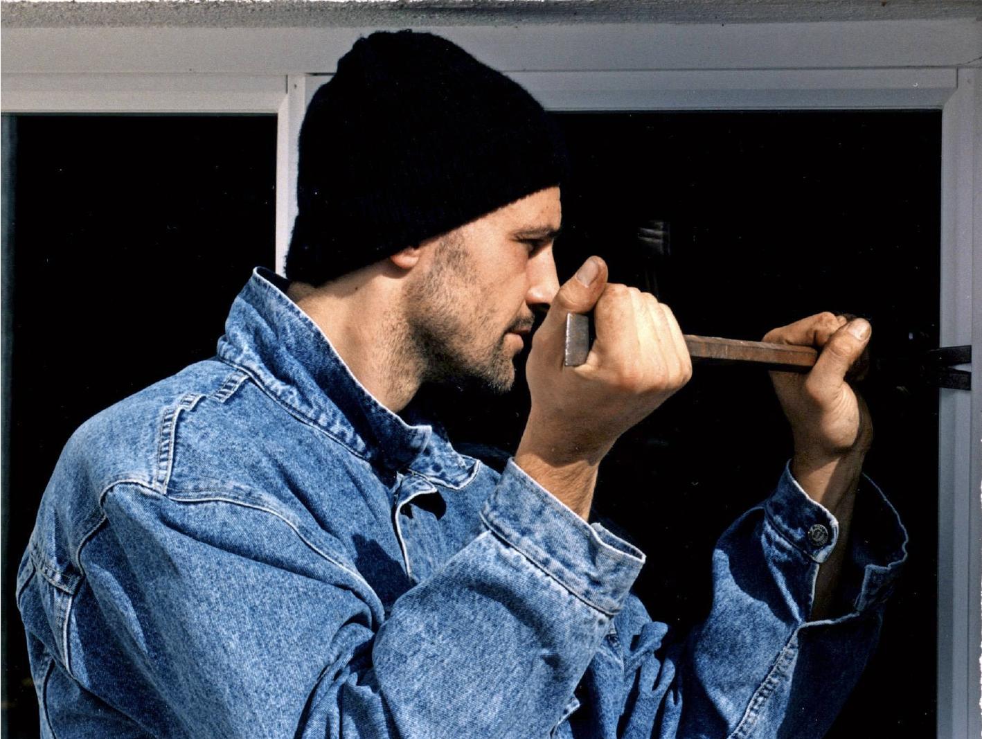 So einfach kommen ungebetene Gäste ins Haus: Spezielle Fenster mit einem professionellen Einbruchschutz erschweren Einbrechern die Arbeit jedoch erheblich. Foto: GDV/dpa/gms
