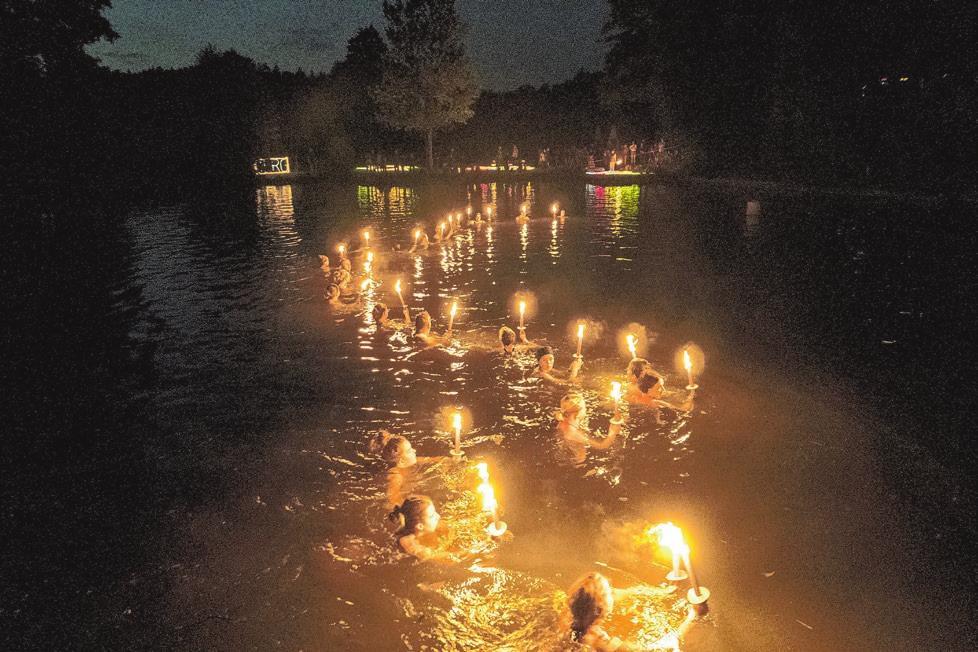 Zum Publikumsmagnet hat sich das stimmungsvolle Badseefest der DLRG entwickelt, das heuer allerdings ausfallen musste. Das Bild zeigt Fackelschwimmer der DLRG. Archivfoto: Pfister