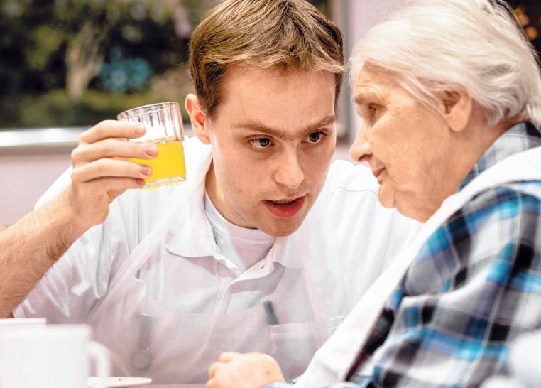 Kommunikationsfähigkeit und Einfühlungsvermögen – diese Eigenschaften brauchen Azubis in der Altenpflege. FOTO: SCHOLZ