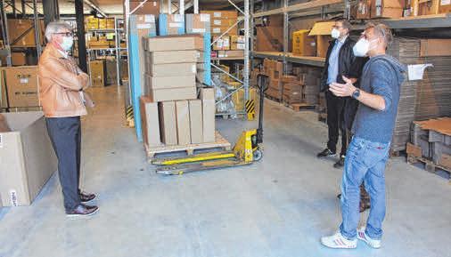 Propain-Geschäftsführer David Assfalg (r.) zeigt Ravensburgs Sportchef Karl-Heinz Beck (l.) eine Halle, in der täglich Ware angeliefert wird. Die Teile kommen aus der ganzen Welt.
