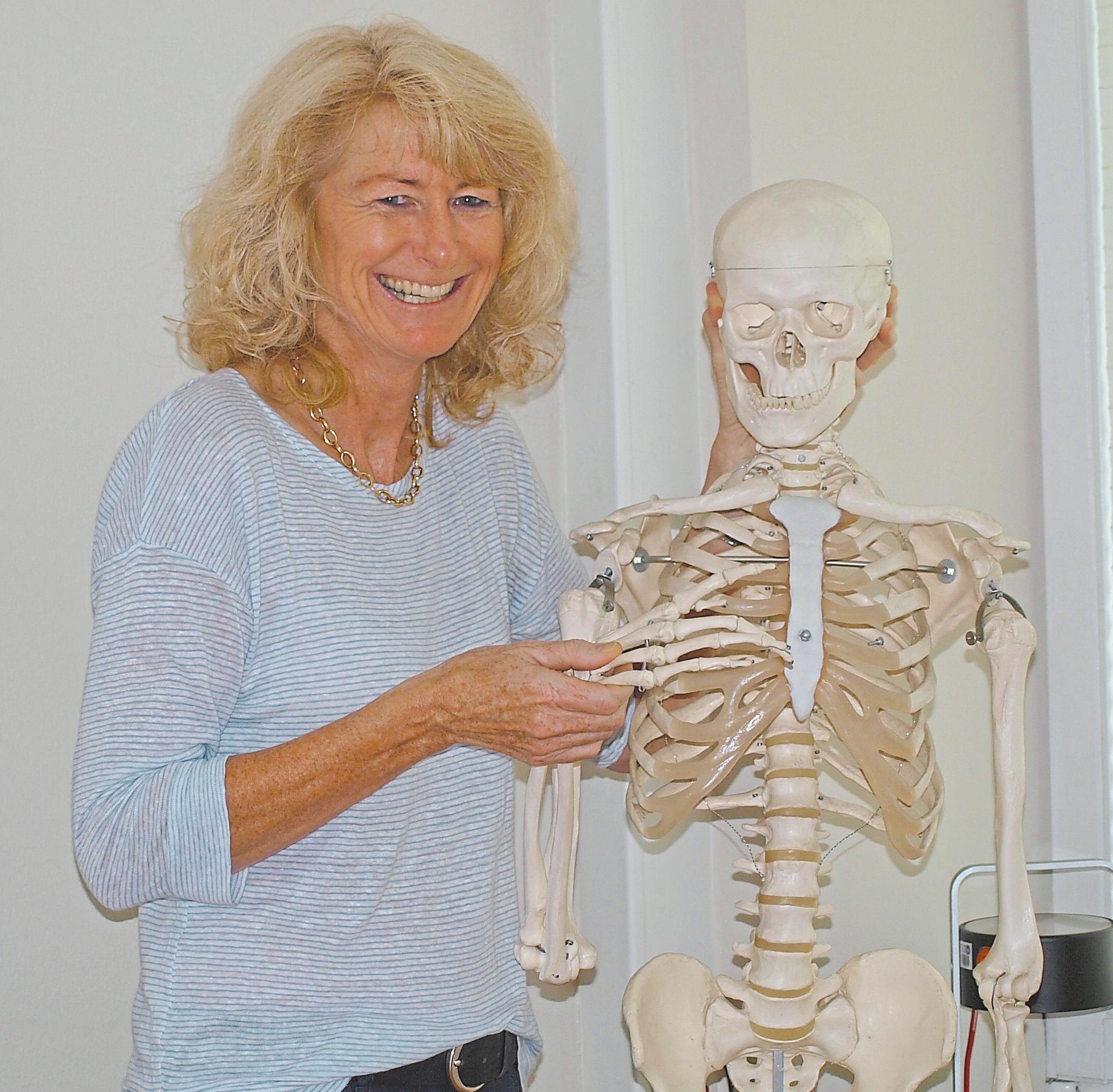 1989 eröffnete Daniela Antretter ihre Physiotherapie-Praxis in Ahlen. Die Mitarbeiter, die sie kurze Zeit später einstellte, begleiten sie zum Teil bis heute. Und auch Hugo, das Skelett, ist seitdem mit an Bord.