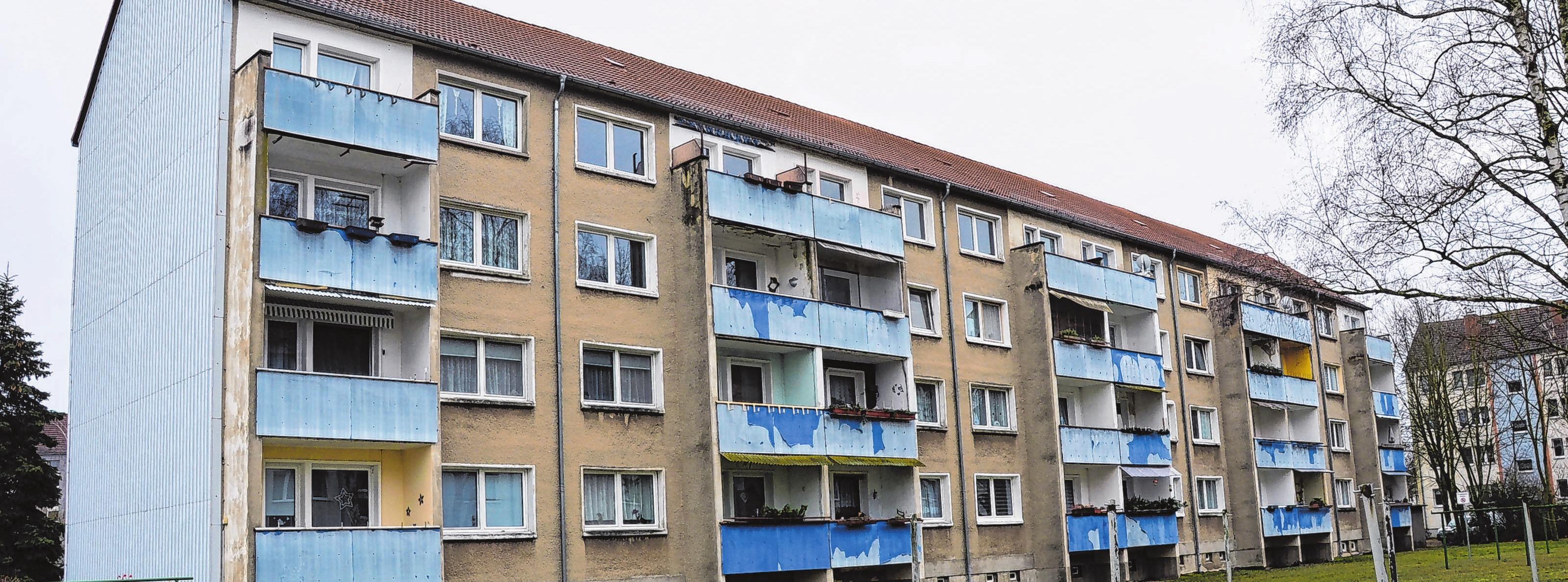 Der viergeschossige Wohnblock in der Hölderlinstraße 35 - 38 wurde 1979 errichtet und soll bis Dezember saniert und modernisiert werden. Auch der Laie erkennt, dass die Balkone eine Erneuerung dringend nötig haben, Geländer und Überdachung sollen saniert werden. Fotos: Vanessa Engel