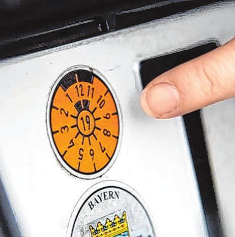 Ist die Prüfplakette orange und mit der Zahl 19 versehenen, wird es für Autofahrer höchste Zeit, einen Termin zur Überprüfung des Fahrzeugs zu vereinbaren. Foto: tüv süd