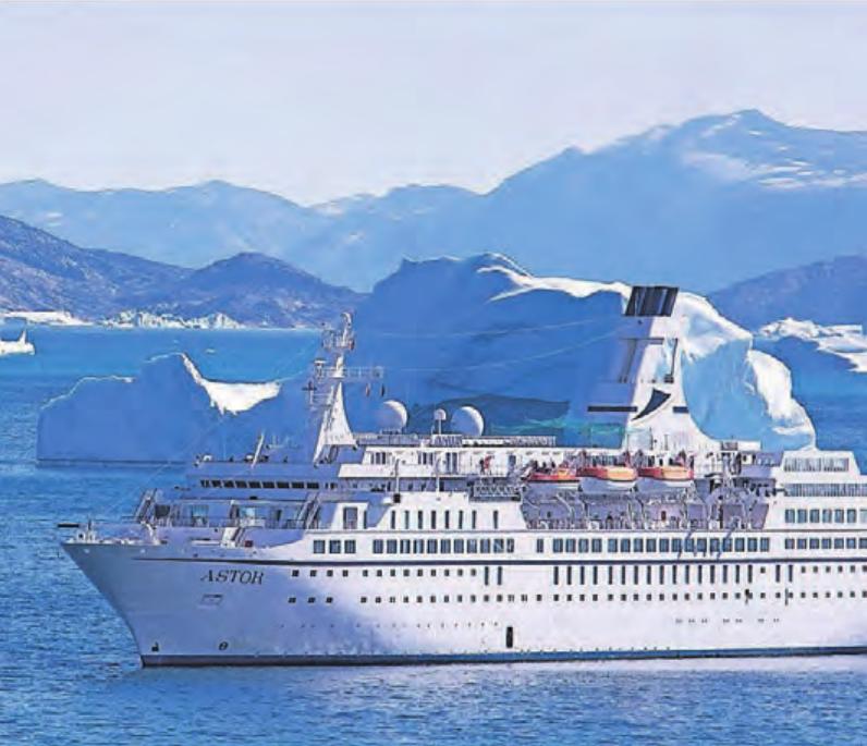 Kontrastprogramm Arktis: MS Astor inmitten imposanter Eisschollen und mit Gletschern im Hintergrund.