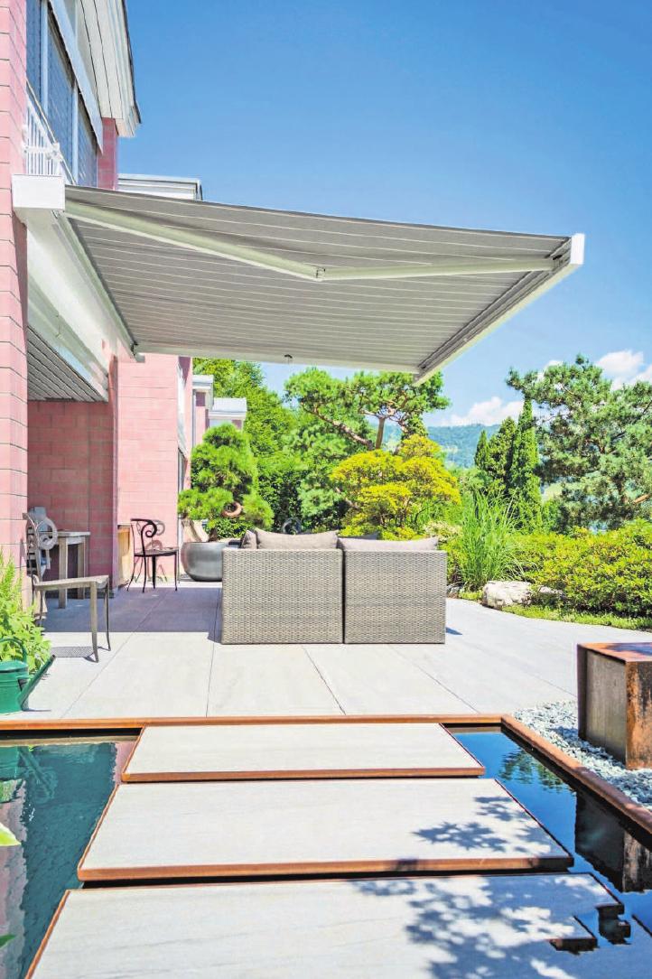 Moderne Markisen sind heute nicht nur Sonnenschutz, sondern auch gleichzeitig ein zentraler Blickfang im Freiluft-Wohnzimmer. Foto: djd/Klaiber Sonnen- und Wetterschutztechnik