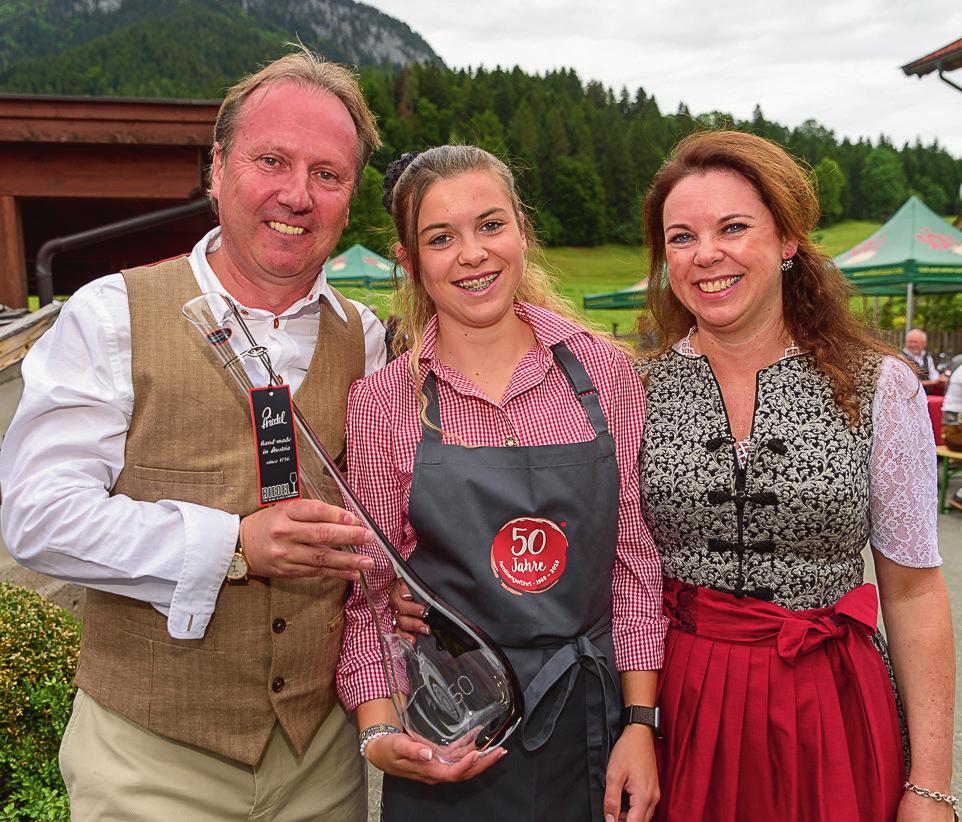 Sepp Greil in 3. Generation mit Tochter Viktoria in 4. Generation und Karina.