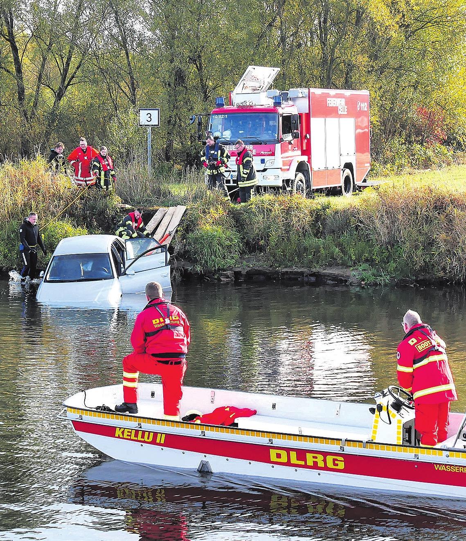 Die Feuerwehr bei der Bergung des Autos. Foto: Feuerwehr Celle