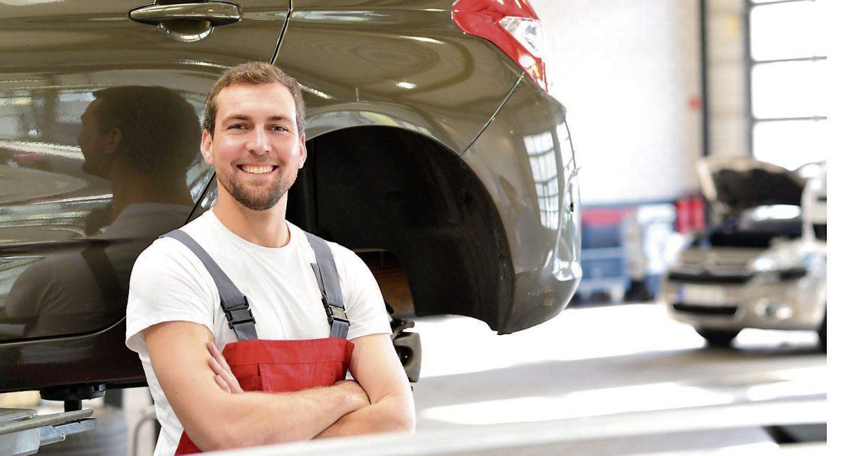 Nachdem ein Gutachter den Schaden geschätzt hat, dürfen die Profis in der Werkstatt zeigen, was sie können: Nach der Reparatur sieht das Auto aus, als wäre nie etwas geschehen. Bild: industrieblick/stock.adobe.com