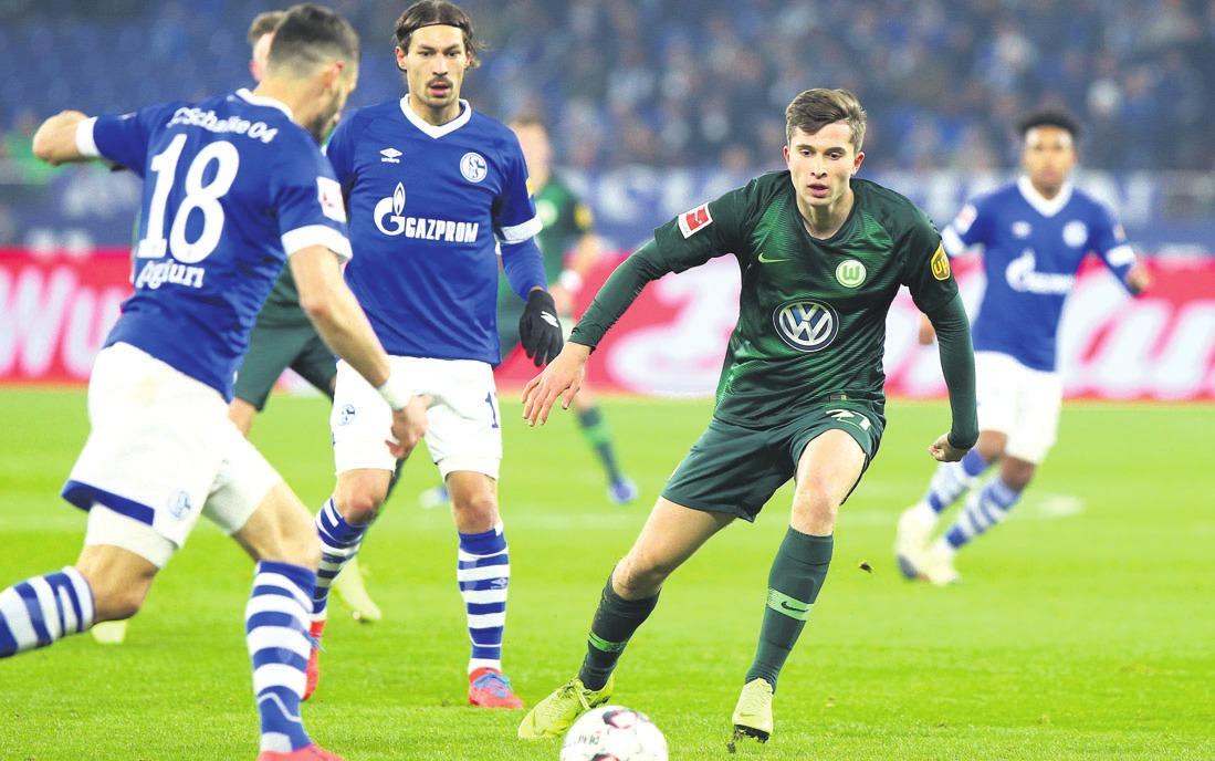 Torschützen unter sich: Ex-VfLer Daniel Caligiuri sorgte für die Führung der Schalker, die von Elvis Rexhbecaj egalisiert wurde. Am Ende stand es aber 1:2 aus Sicht der Wolfsburger. Foto: regios24