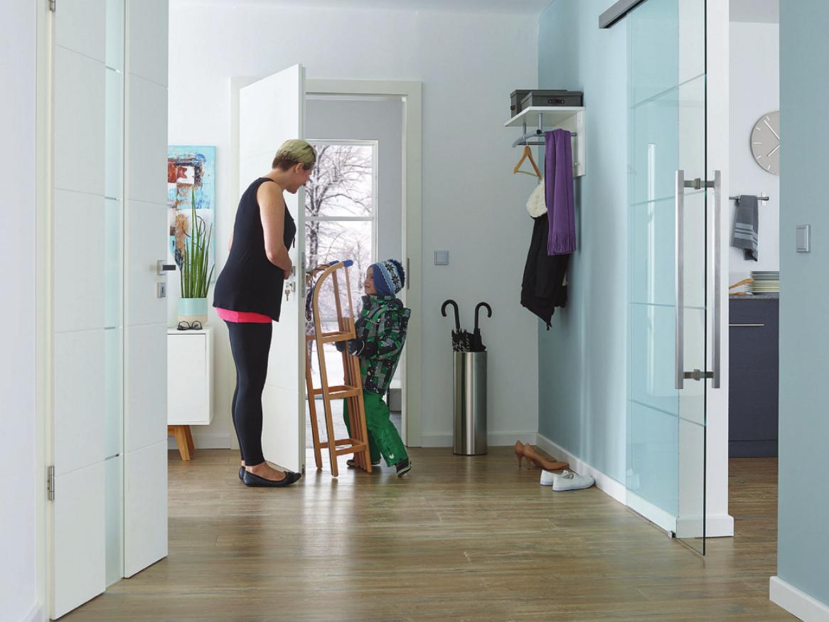 Die Wärme bleibt drinnen. Wohnungseingangstüren mit entsprechendemW ärmeschutz helfen beim Energiesparen. Foto: djd/Gesamtverband Deutscher Holzhandel/PRÜM