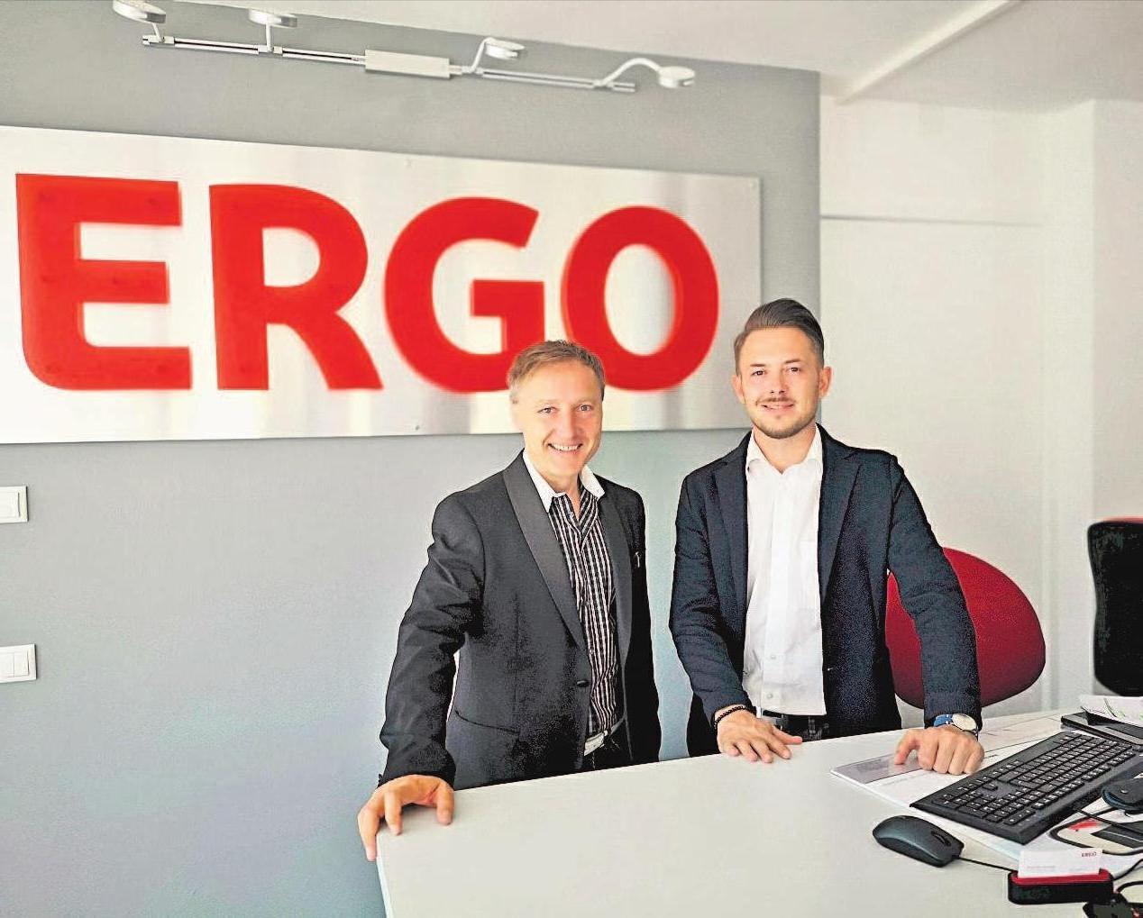 Alexander Feulner (links) und Benjamin Morgner sind mit ihren ERGO-Versicherungsagenturen in ein gemeinsames Büro gezogen. Sie sind auch komplett digital aufgestellt, denn viele Kunden wünschen neben dem Service vor Ort eine unkomplizierte Online-Abwicklung.