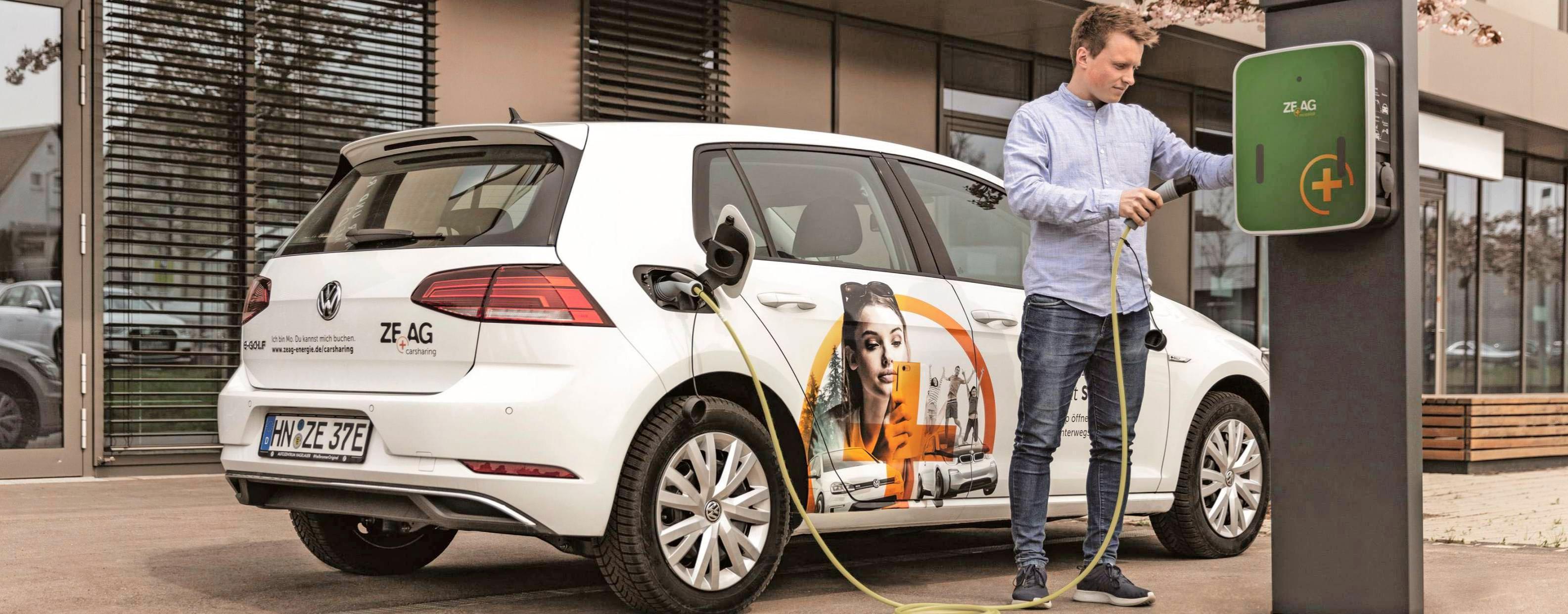 Zum Carsharing-Fuhrpark der ZEAG gehören derzeit unter anderem vollelektrisch angetriebene VW Golf. Bis Ende des Jahres sind mehr als 150 Ladepunkte vorgesehen. Foto: ZEAG