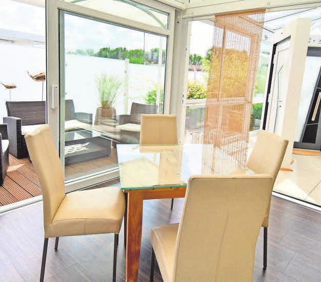 Robering präsentiert eine große Auswahl an Glasdachsystemen, Beschattungen und Haustüren. Freistehende Pavillons (Mitte) bieten Schutz und verwandeln jede Terrasse in eine Wohlfühloase.